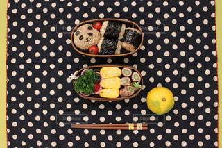 テーブルの上のケーキの一部 - No.1041332