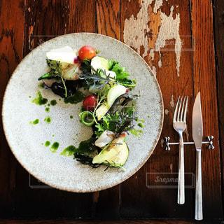 木製のテーブルの上に食べ物のプレート - No.1041340