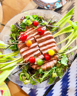 テーブルの上に食べ物のプレートの写真・画像素材[1041350]