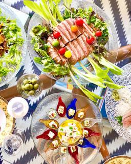 テーブルな皿の上に食べ物の種類をトッピングの写真・画像素材[1041357]