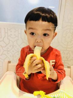 バナナを食べる少年 - No.1041473