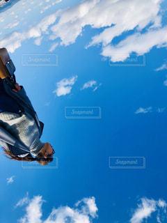 曇りの日に空気を通って飛んで男の写真・画像素材[1098911]