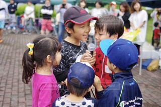 観衆の前で立っている少年 - No.1169532