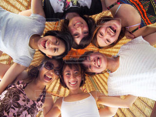 カメラにポーズする人々 のグループの写真・画像素材[1173481]