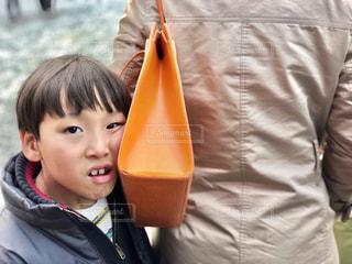 カメラに笑っている少年の写真・画像素材[1181100]