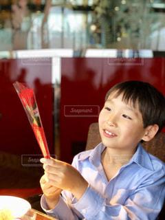 テーブルに座って若い男の子の写真・画像素材[1185490]