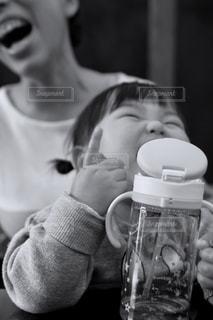 コーヒー カップの横に立っている女の子の写真・画像素材[1185494]