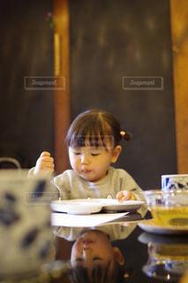 食事のテーブルに座って男の子の写真・画像素材[1185523]