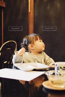 食事のテーブルに座って人の写真・画像素材[1185532]