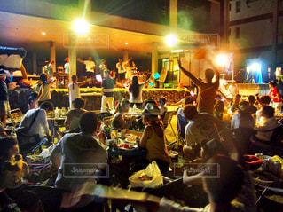 観衆の前でテーブルに座っている人々 のグループ - No.1204279