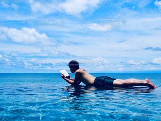 体内の水を泳いでいる人 - No.1219058