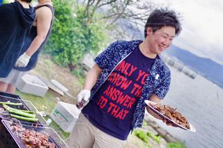 中に食品を準備する男の写真・画像素材[1246304]
