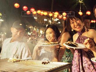 レストランのテーブルに座っている人々 のグループの写真・画像素材[1246309]
