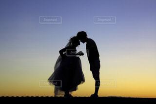 男と背景の夕日の写真・画像素材[1248114]