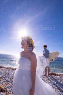 男と女がビーチに立っての写真・画像素材[1248115]