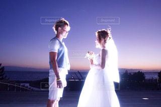 男と女が日没の前に立って - No.1248117