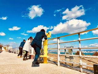 フェンスの前に立っている人々 のグループ - No.1253618