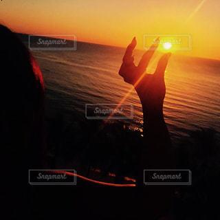 日没の前に立っている人の写真・画像素材[1272194]