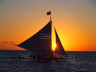 水の体に沈む夕日の写真・画像素材[1272196]