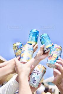 ボトルから飲む人の写真・画像素材[1321885]
