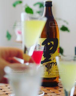 クローズ アップ ボトルとテーブルの上のビールのグラスの写真・画像素材[1445865]
