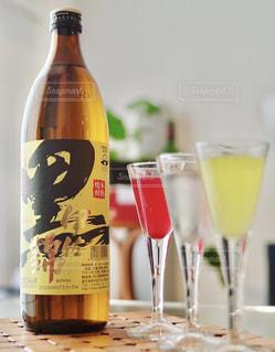 テーブルの上にワインのボトルの写真・画像素材[1445868]