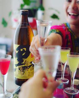 クローズ アップ ボトルとテーブルの上のビールのグラスの写真・画像素材[1445869]