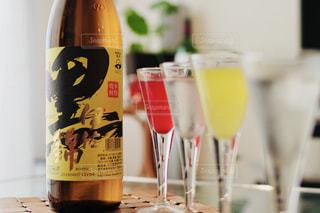 テーブルの上にワインのボトルの写真・画像素材[1445882]