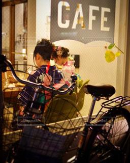 自転車に座っている人々 のグループの写真・画像素材[1446505]