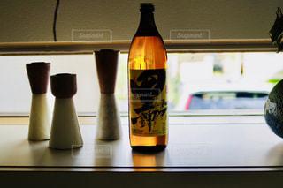 近くのテーブルでワインの瓶のアップの写真・画像素材[1448350]