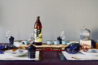 テーブルの上の花の花瓶の写真・画像素材[1448352]