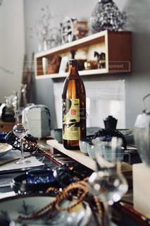 テーブルの上にワインのボトルの写真・画像素材[1448357]