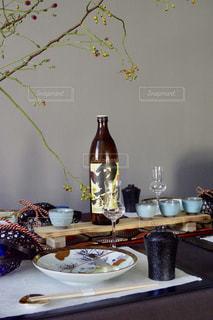 テーブルの上の花の花瓶の写真・画像素材[1448358]