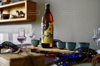 テーブルの上にワインのボトルの写真・画像素材[1448361]
