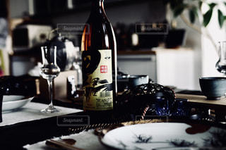 テーブルの上にワインのボトルの写真・画像素材[1449259]