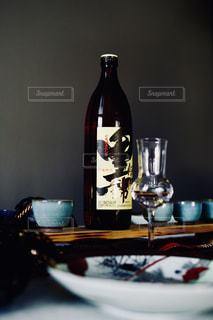 テーブルの上にワインのボトルの写真・画像素材[1449260]