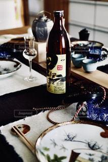 ワインとビール、テーブルの上のガラスのボトルの写真・画像素材[1449268]