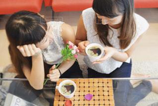 一杯のコーヒーをテーブルに着席した人の写真・画像素材[1460251]