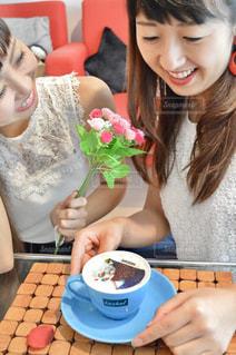 食品のプレートをテーブルに座っている少女の写真・画像素材[1460280]