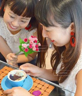 小さな女の子のテーブルに座っての写真・画像素材[1460390]