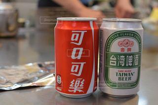 テーブルにソーダの缶の写真・画像素材[925583]