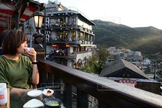 レストランのテーブルに座っている少女の写真・画像素材[925589]