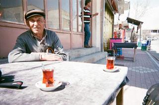 テーブルに座っている人の写真・画像素材[1235777]
