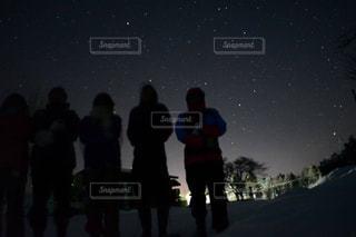 暗い空に立っている人のグループの写真・画像素材[1323256]