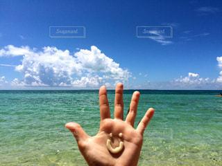 水の体の横に立っている人の写真・画像素材[751246]