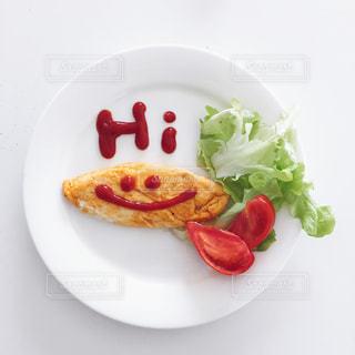 テーブルの上に食べ物のプレートの写真・画像素材[1181843]