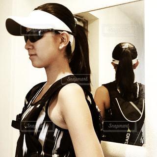 カメラにポーズ鏡の前に立っている女性の写真・画像素材[1240715]