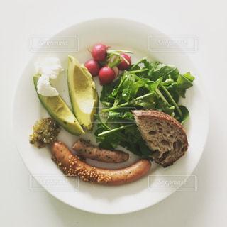 テーブルの上に食べ物の種類トッピング白プレートの写真・画像素材[1278469]