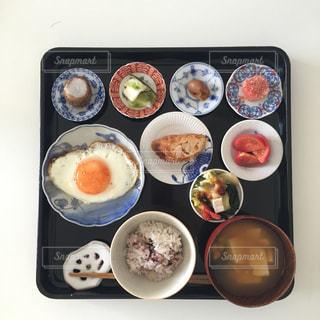 トレイの上に食べ物の種類の束の写真・画像素材[1278477]