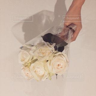 花を持っている人の写真・画像素材[1377832]